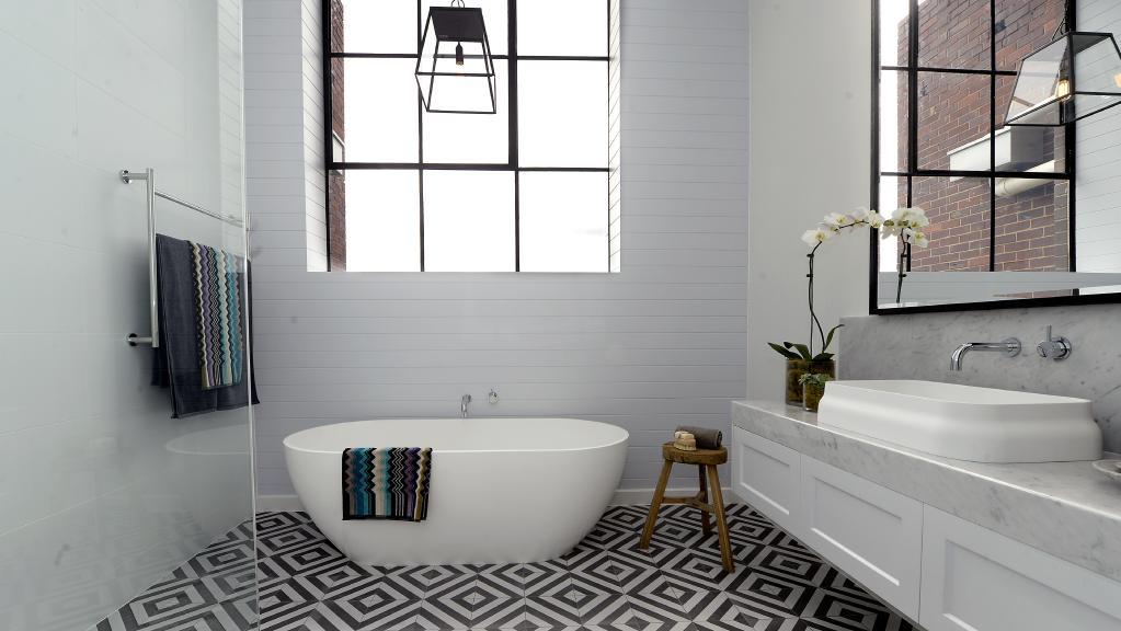 Ideen für ein weißes fugenloses Bad
