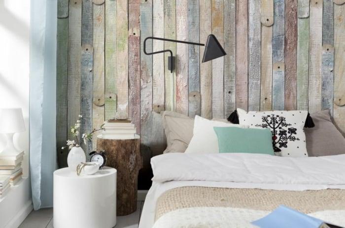 Tapeten im Holzdesign, Schlafzimmer Einrichtung in rustikalem Stil, bunte Holzwand