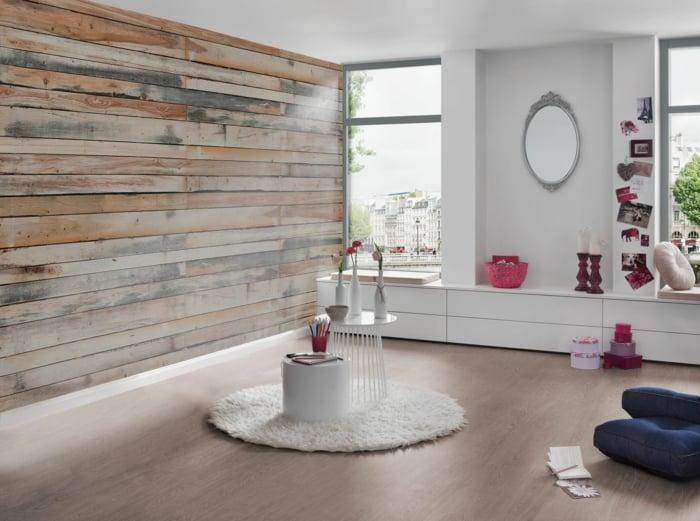 Rustikale Gemütlichkeit im Wohnzimmer, Tapeten im Holzdesign, weiße Möbel und Wände