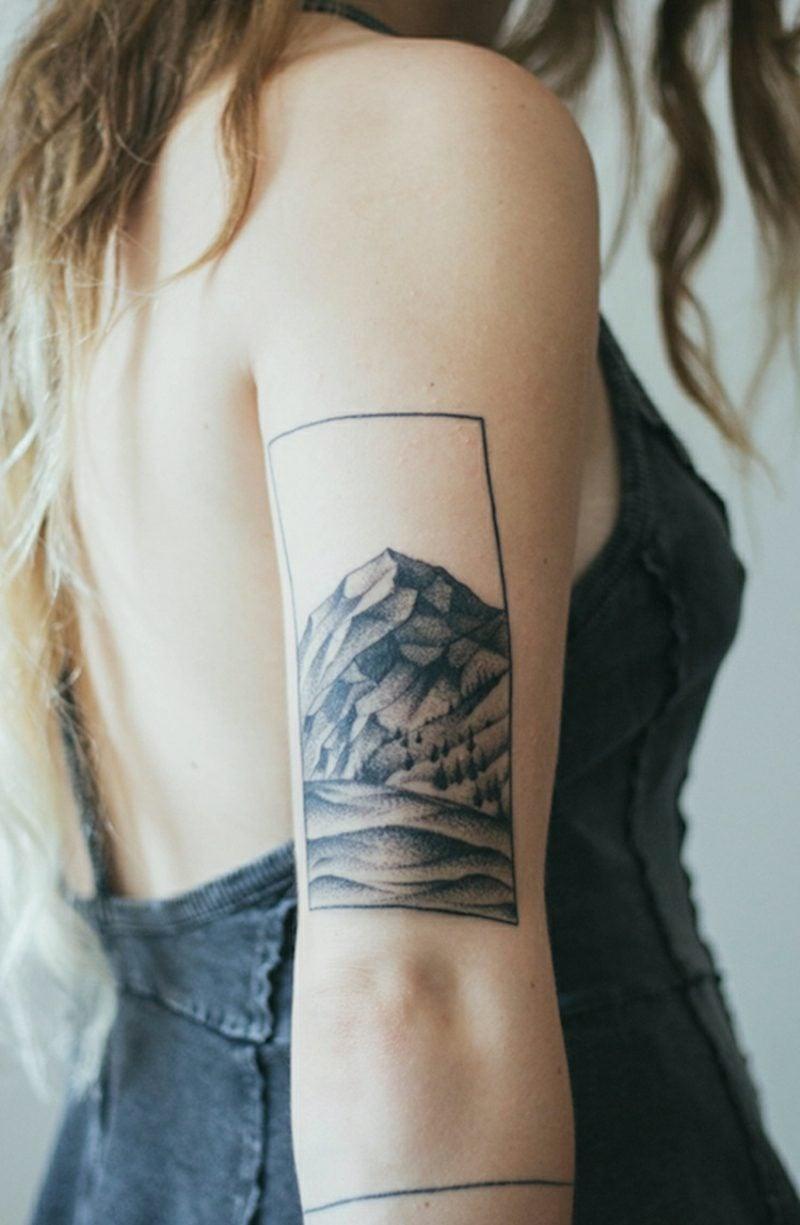 Tattoos Frau minimalistisch Oberarm