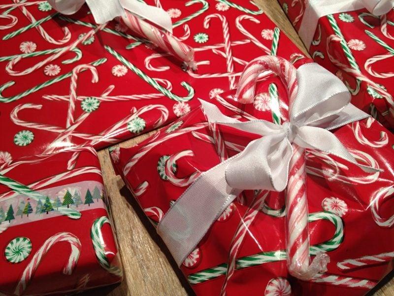 Geschenke verpacken Geschenkpapier Zuckerstangen