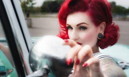 Wollen Sie eine Rockabilly Frisur auf dem Kopf tragen?Lesen Sie hier ein paar hilfreiche Tipps und Ideen, um wie eine Rockikone auszusehen.