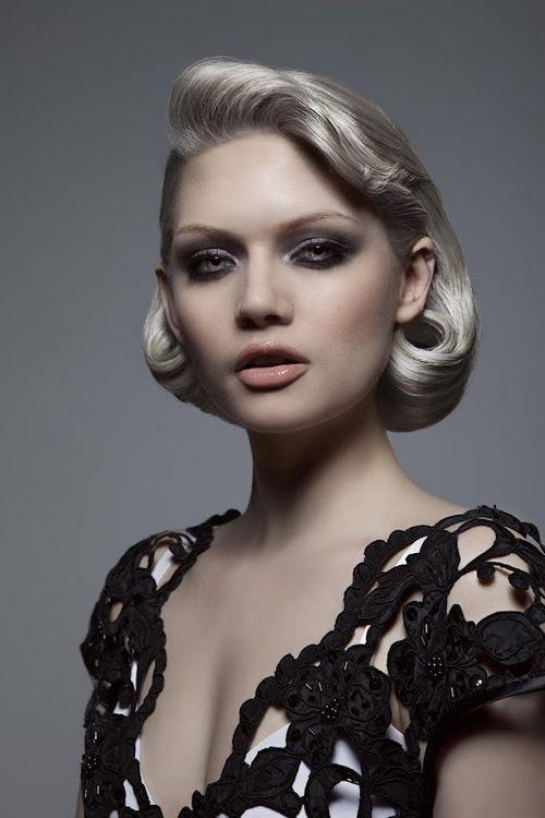 Platinum Blond ist die Farbe der 50er Jahre Frisur