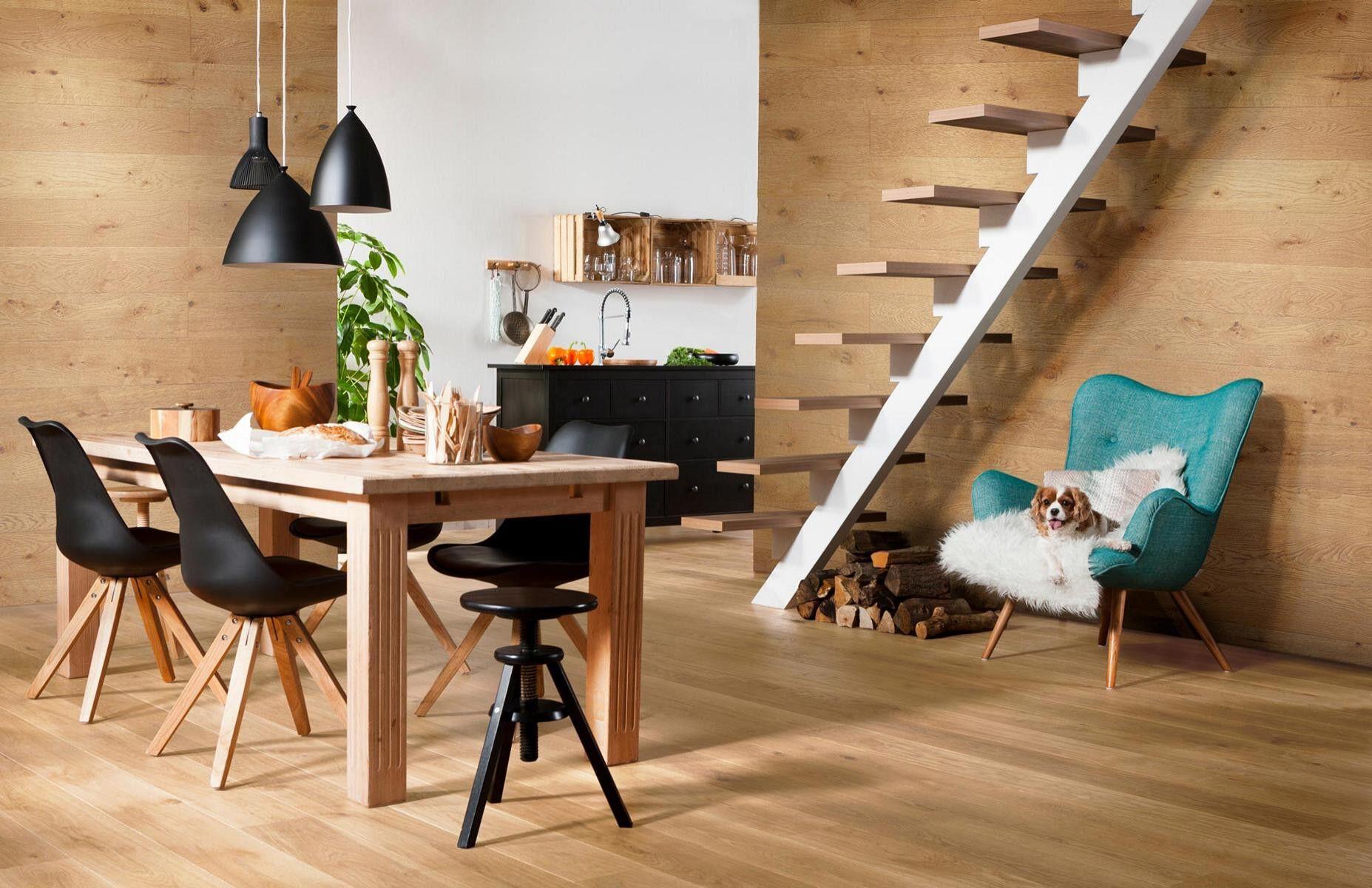 Holztapete in moderner Einrichtung