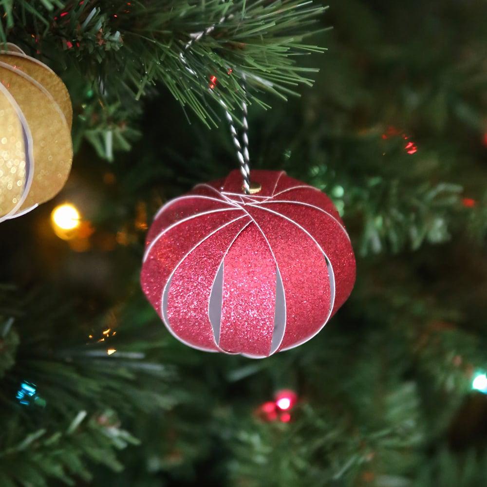 Weihnachtsbasteln mit Kindern - Christbaumschmuck aus Papier