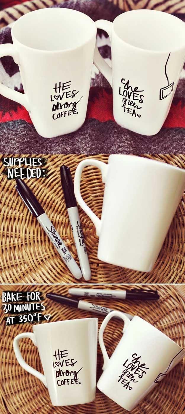 DIY Anleitung für Tassen Bemalen als eine Idee für Weihnachtsgeschenke für Eltern