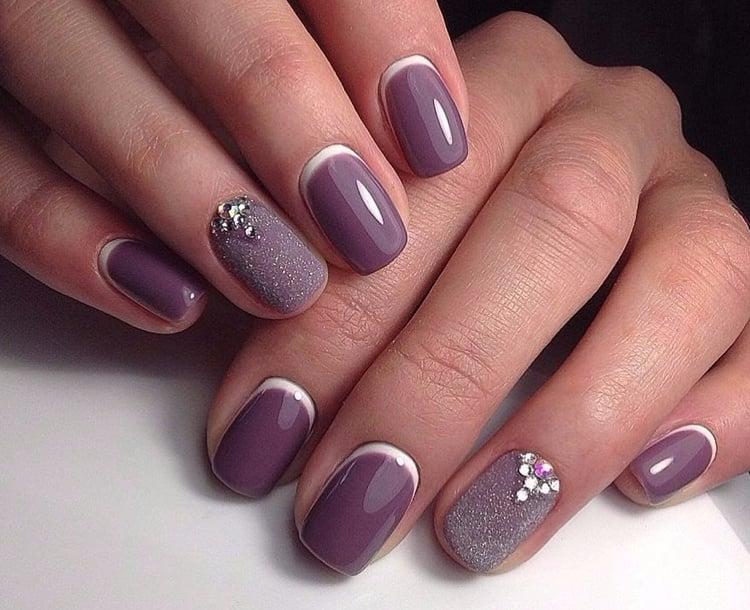 Stylische Fingernägel in Lilafarbe
