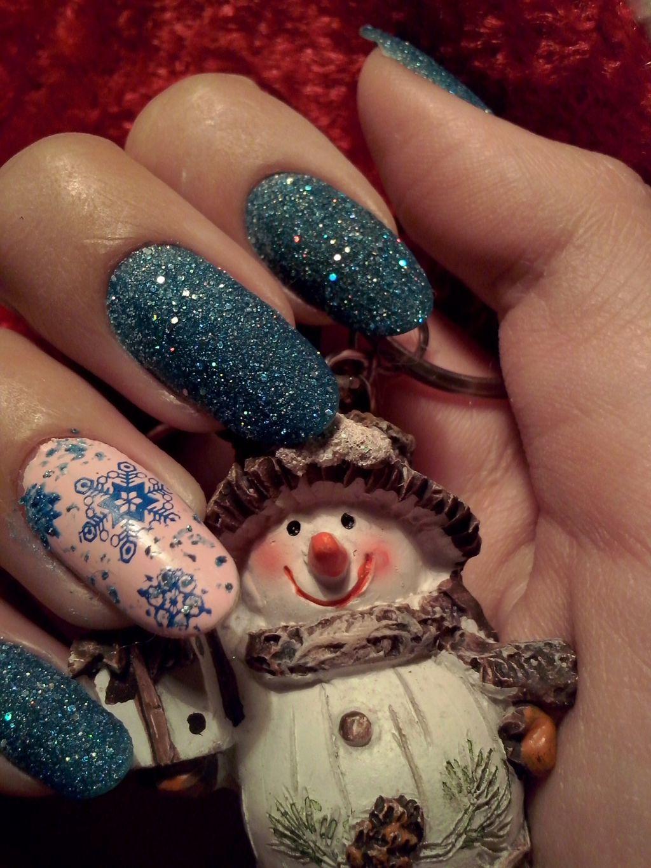 Winter-Nägel mit Glitter und Schneeflocken