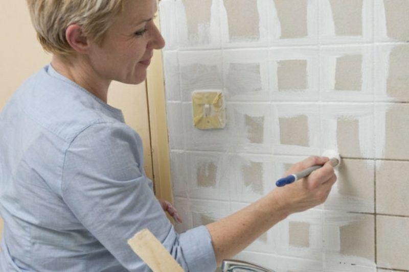alte fliesen streichen anleitung in bildern praktische tipps. Black Bedroom Furniture Sets. Home Design Ideas