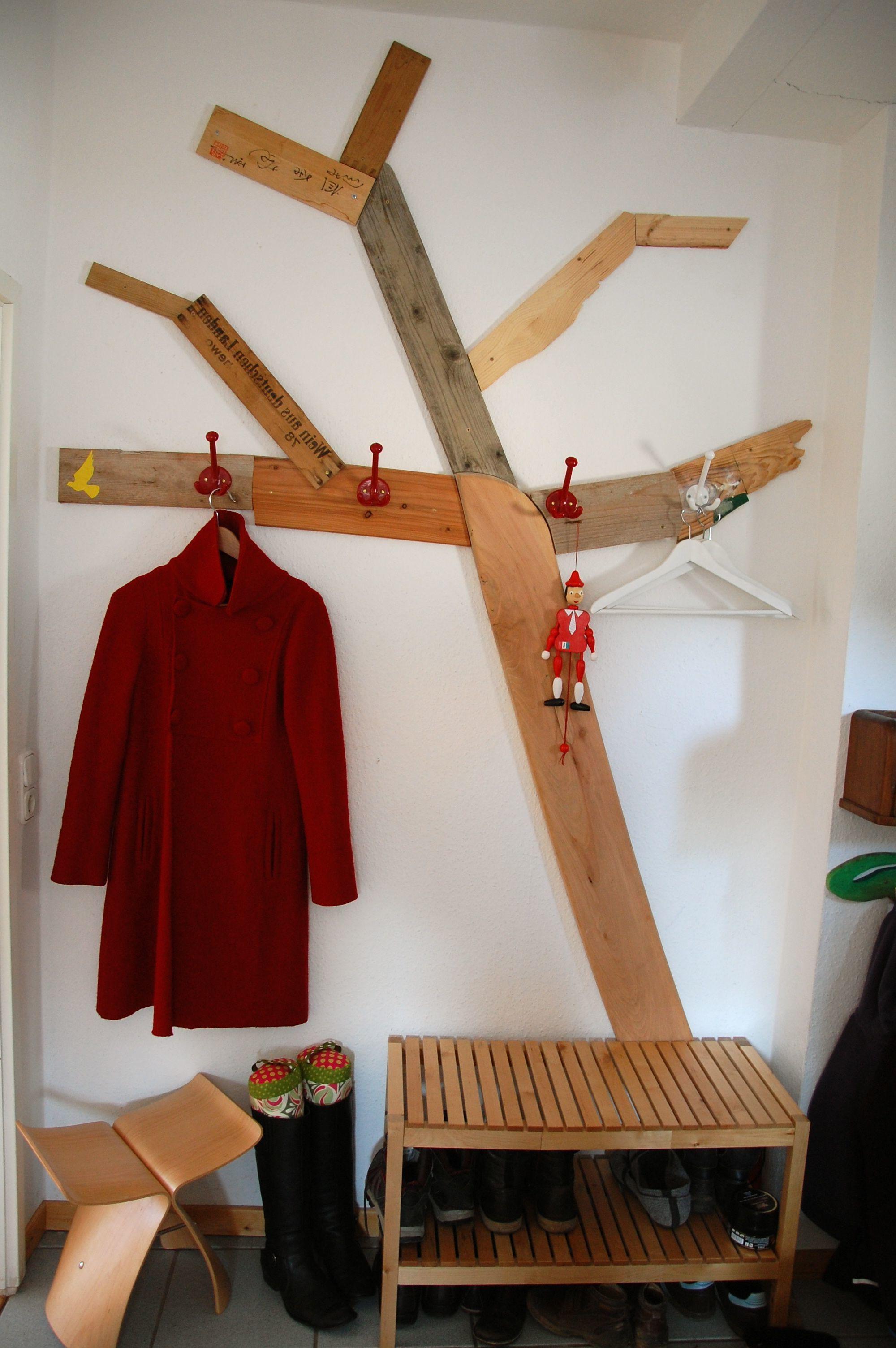 Baum-Garderobe selber bauen aus alte Bretter und Holzlatten