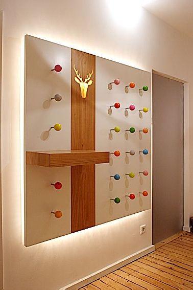 Beleuchtete Garderobe mit Farbkugeln
