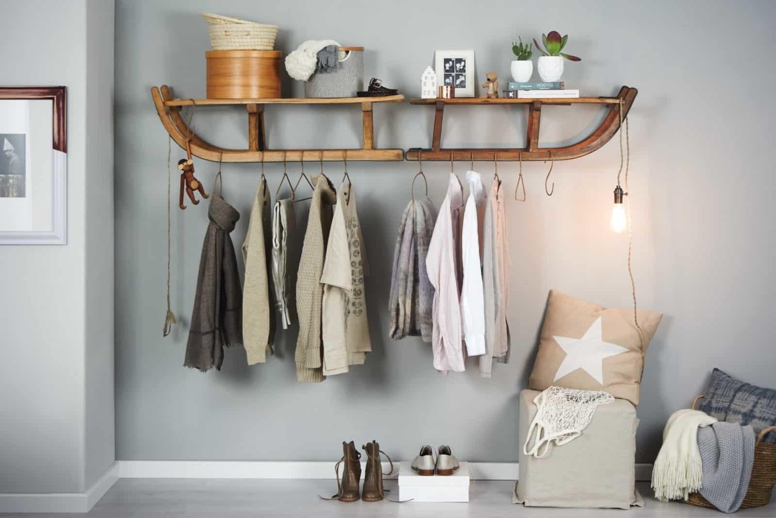 Die alte Schlitte wird in eine Garderobe verwandelt