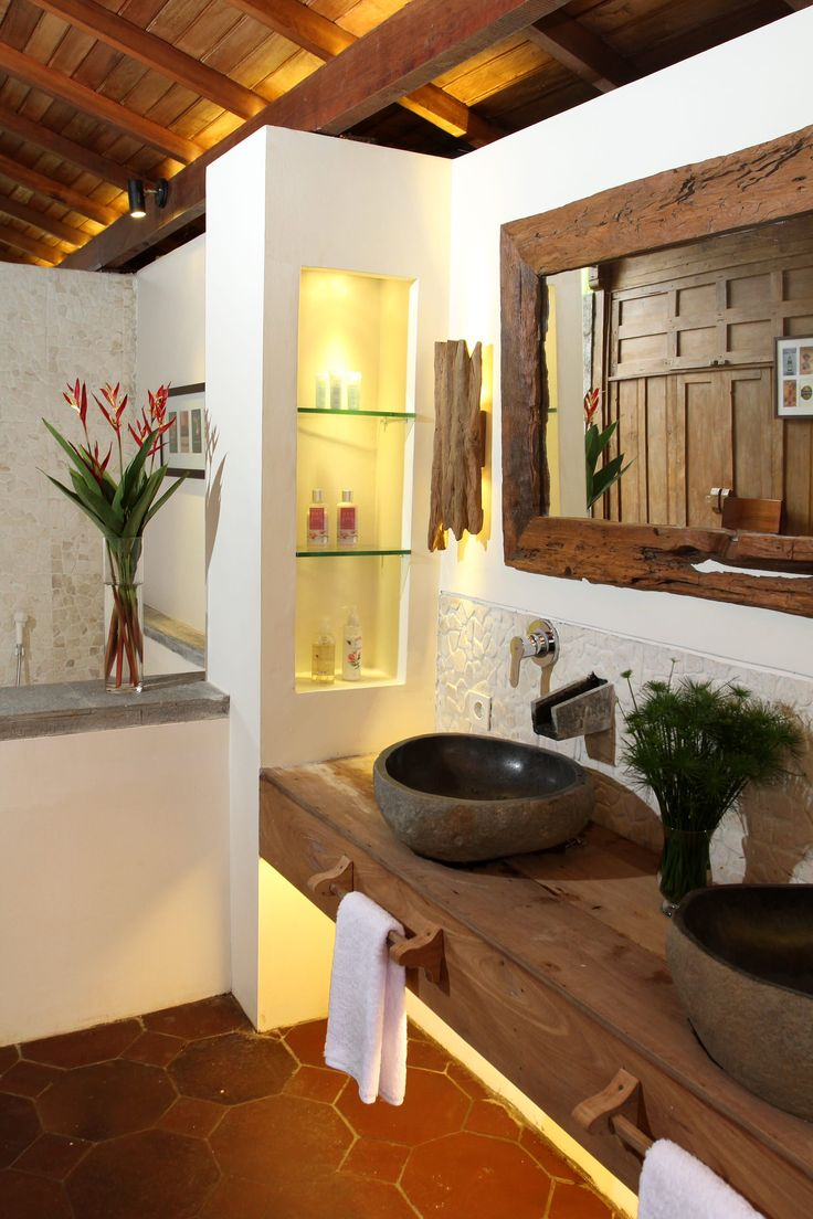 Die Badaccessoires aus Holz verleihen eine wohlfühlende Stimmung Ihrem rustikalen Badezimmer