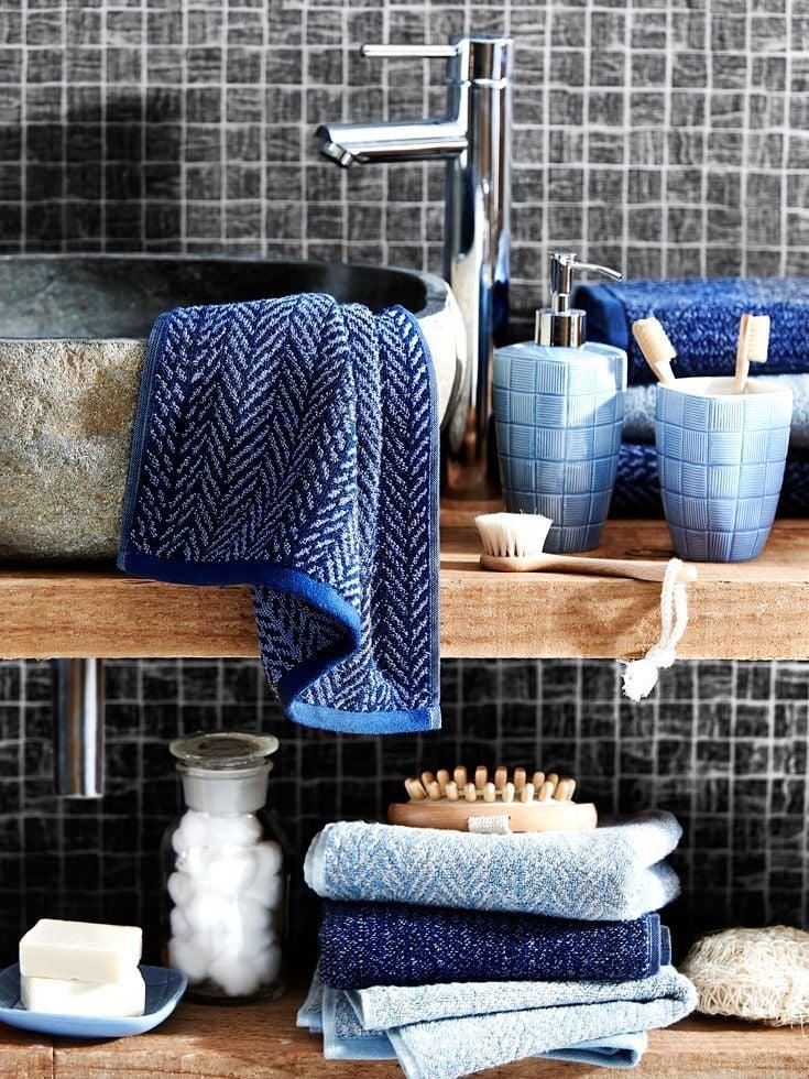 Wenn Sie sich für eine von den folgenden Alternativen für Ihre Badezimmergestaltung - Stahl, Gold, Kupfer, Holz, Glas, Leder, entscheiden, wäre das kein Fehler.