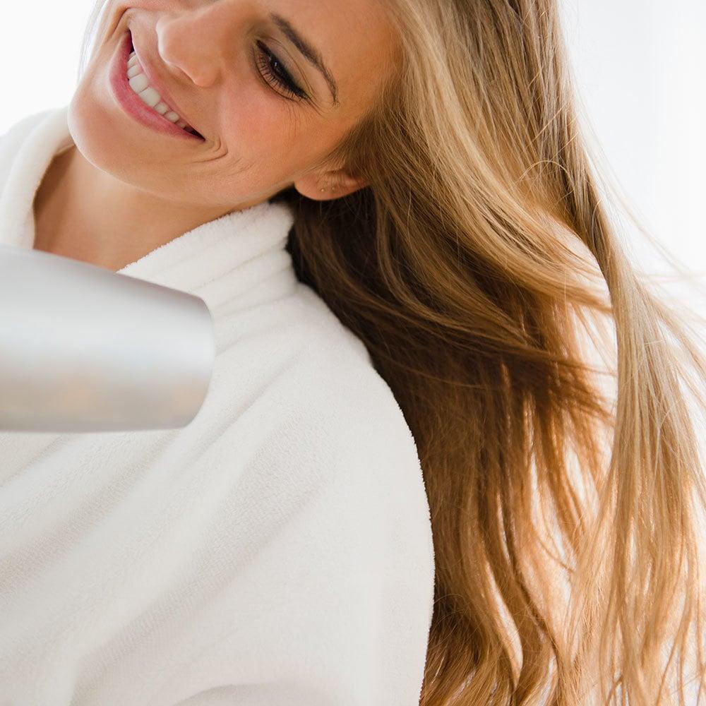 Tipp gegen feines Haar - richtig föhnen