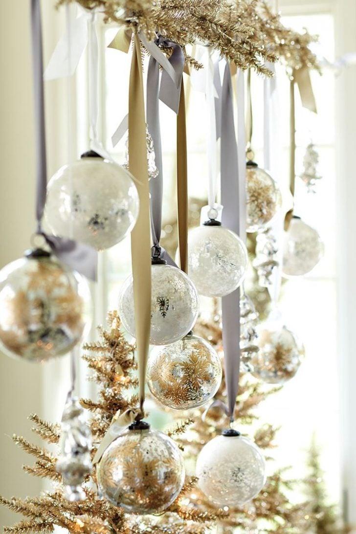 Die Weihnachtskugeln passen nicht nur als Deko zum Weihnachtsbaum, sondern auch als Fensterdeko hängend