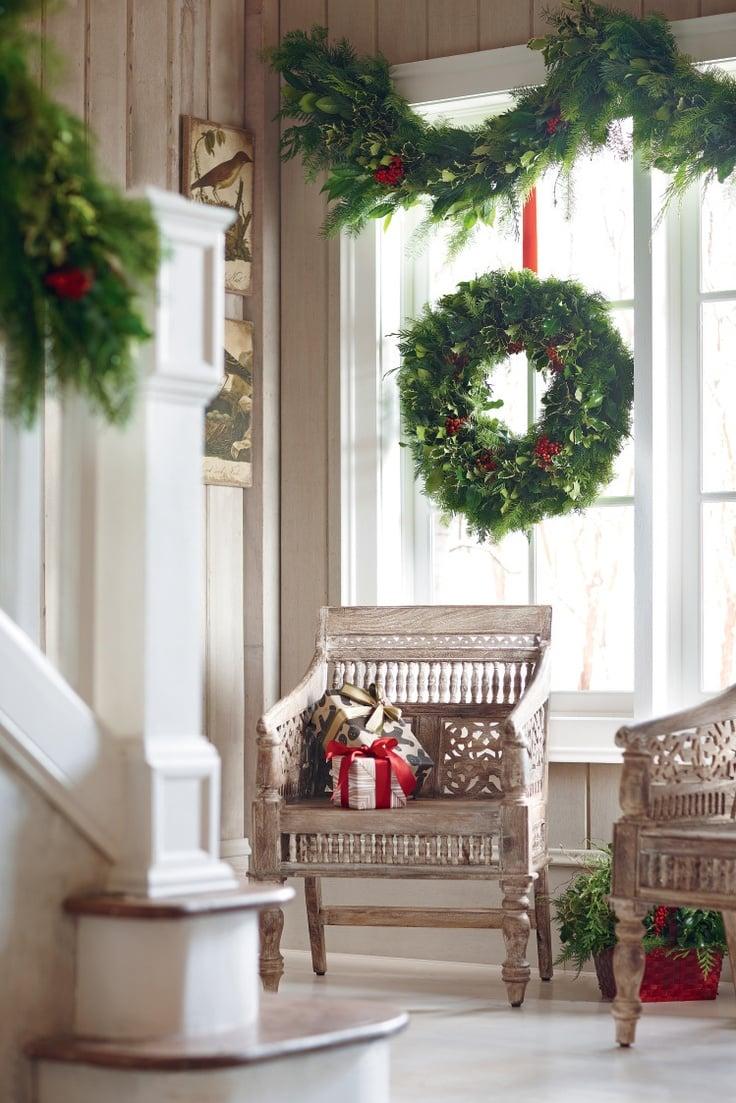 Fenster Dekorieren mit frische immergrüne Äste von Tannenbaum