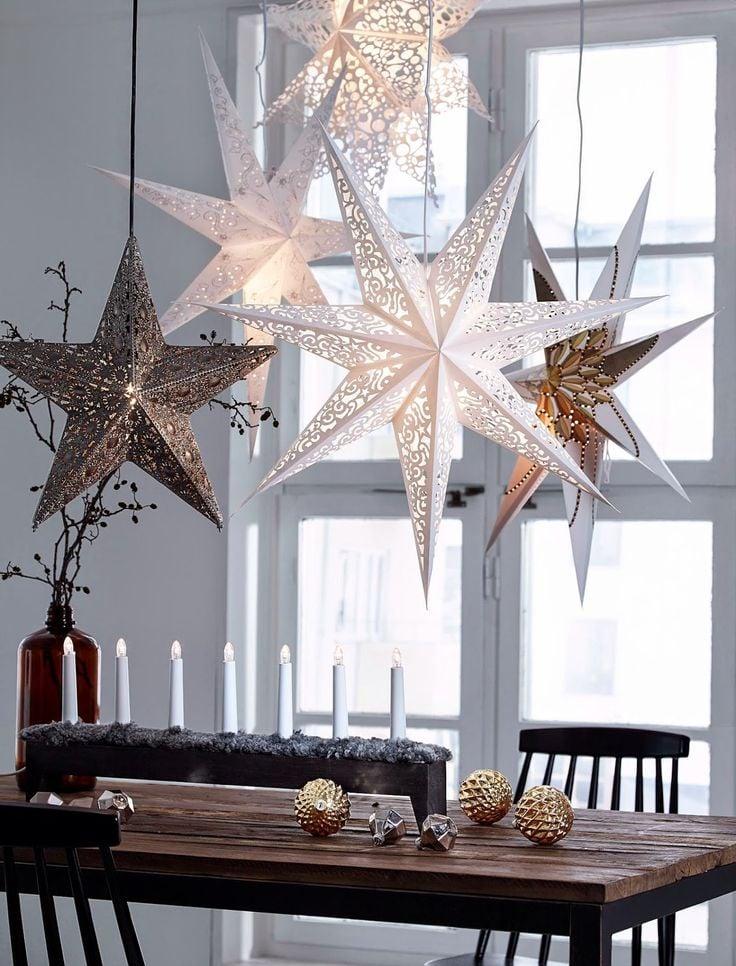 Die Lichterketten als Fenster Deko für Weihnachten kommen nie aus der Mode!
