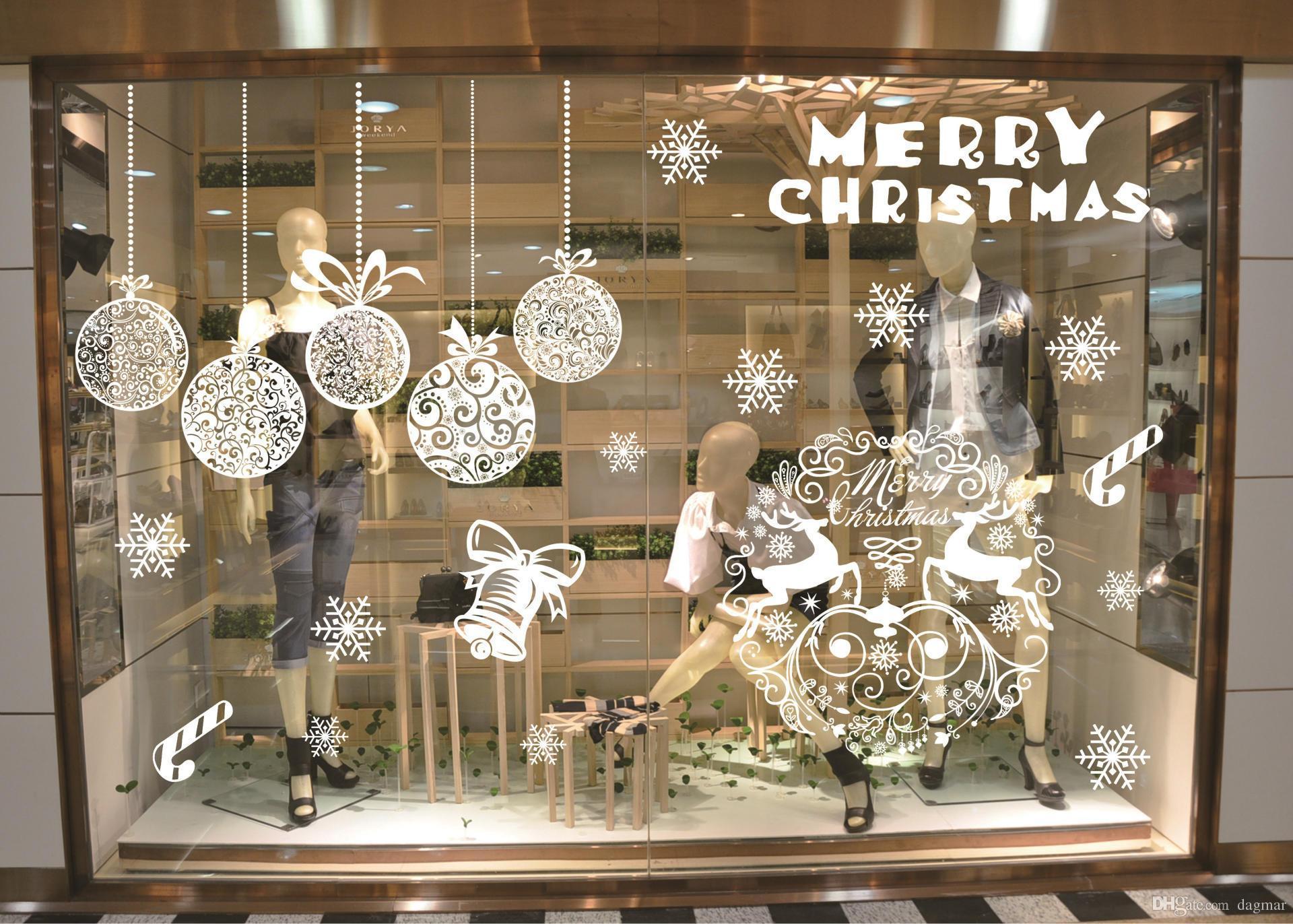 Werden die Tage kürzer, kommt die Zeit für Dekoration. Finden Sie im Artikel tolle Idee für weihnachtliche Fensterdeko hängend ans Fenster!