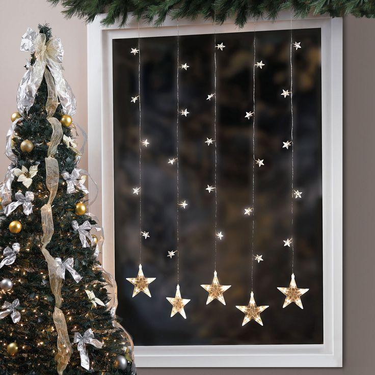 Der moderne Platz für Lichterkette ist nicht auf dem Weihnachtsbaum, sondern an Fenster, als Fensterdeko hängend