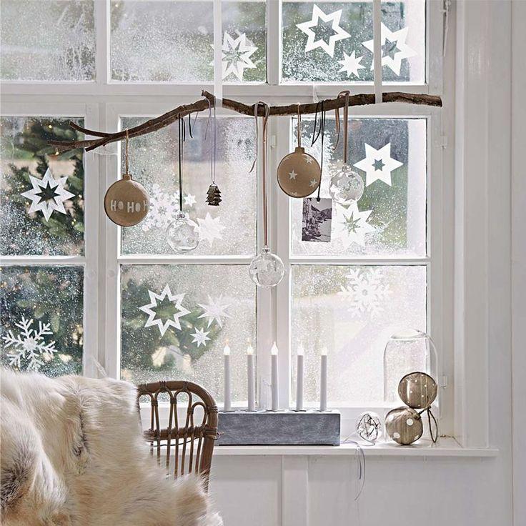 Herrliche Dekoration auf der Fensterbank und auf dem Fensterglas