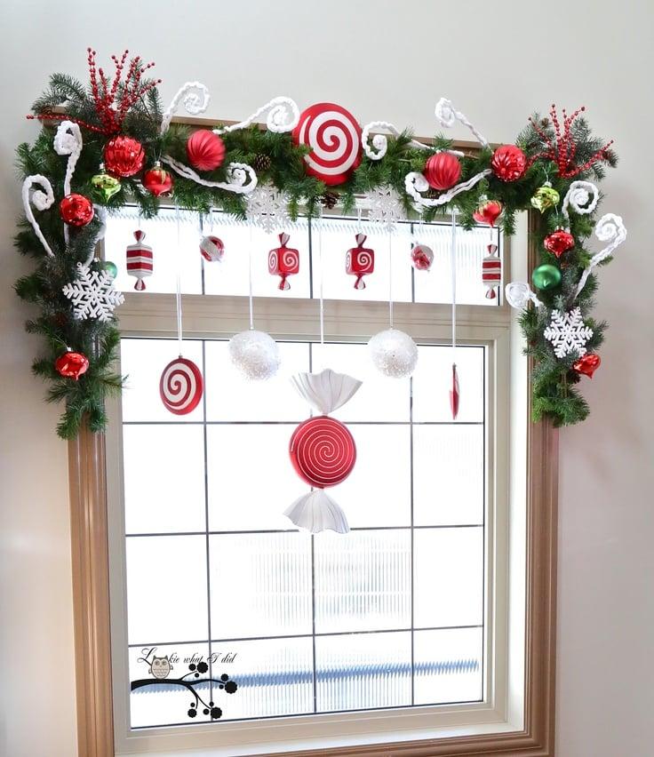 Coole Ideen mit Lutschern als weihnachtliche Fensterdeko hängend