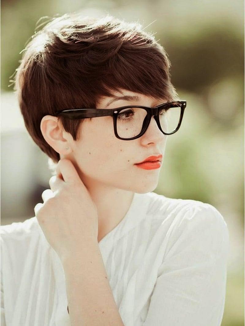 Kurzhaarfrisur Frau mit Brillen