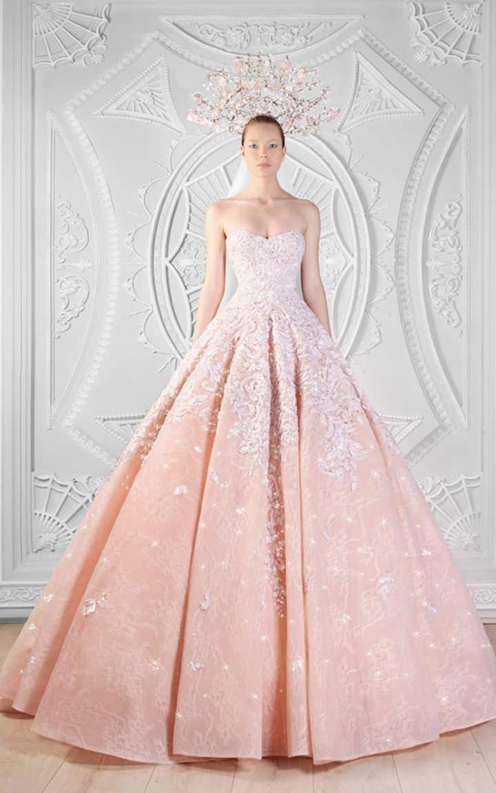 Das Brautkleid in Pastellrosa sieht wunderschön aus, denken Sie nicht?