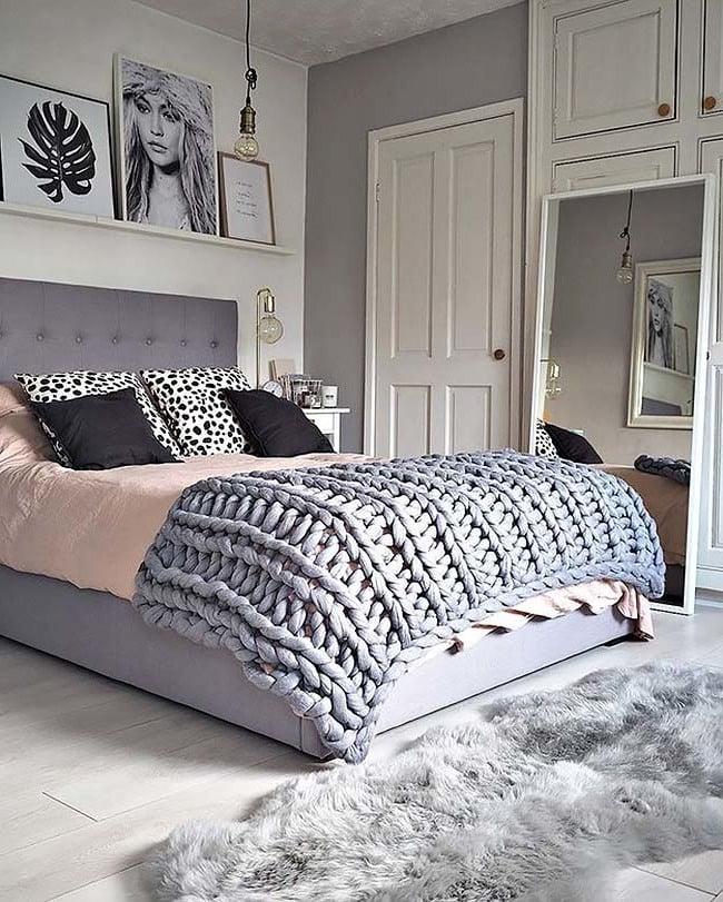 Gestrickte Decke für ein kuscheliges Schlagzimmer