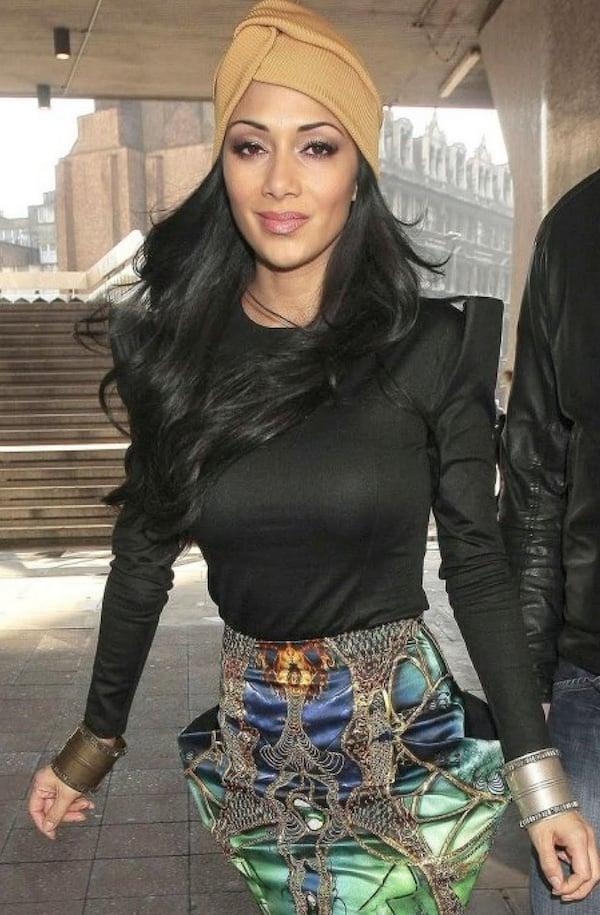 Nicole Scherzinger trägt Turban. Lernen hier, wie Sie einen Turban binden kann.