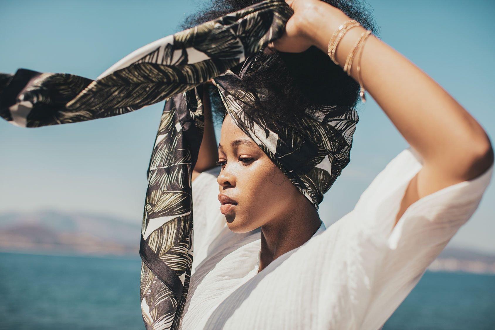 Lesen Sie unseren Artikel bis zum Ende, um zu lernen, wie Sie einfacher einen Turban binden und Ihren Party-Look am besten stylen können.