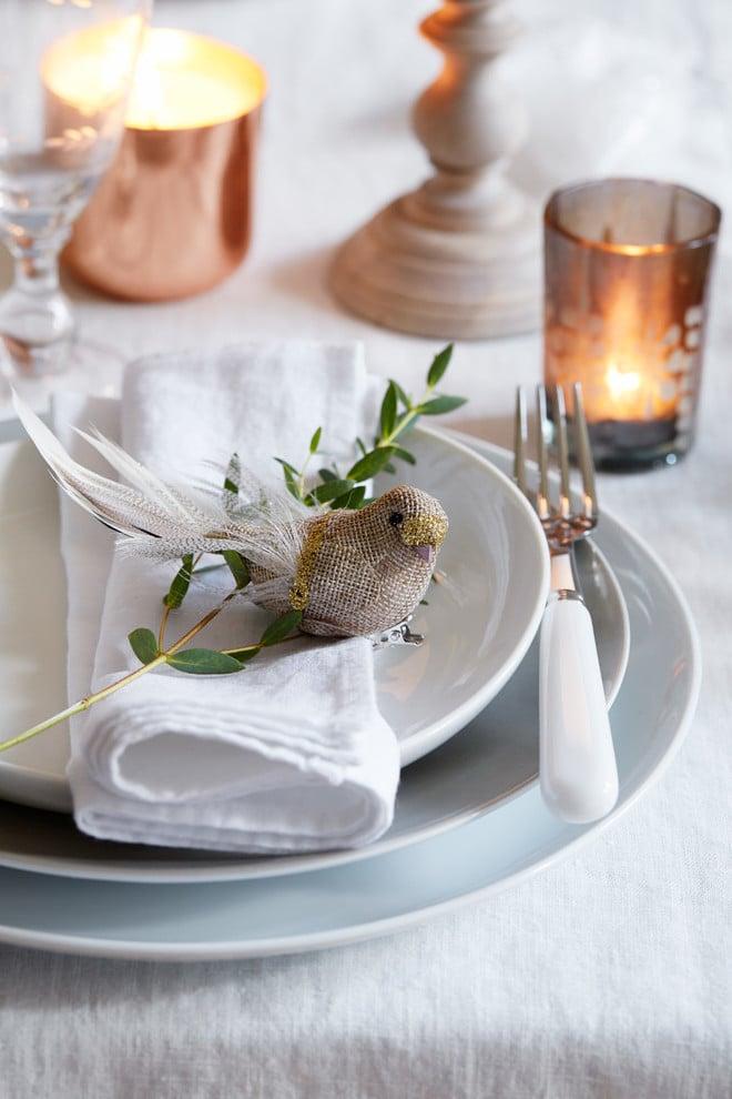 Wichtige Elemente von der weihnachtliche Tischdekoration