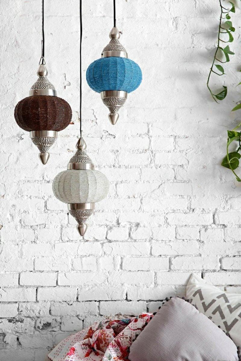 orientalische Lampen aus farbigem Rattan