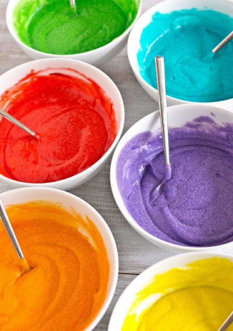 Geburtstagskuchen in den Regenbogenfarben