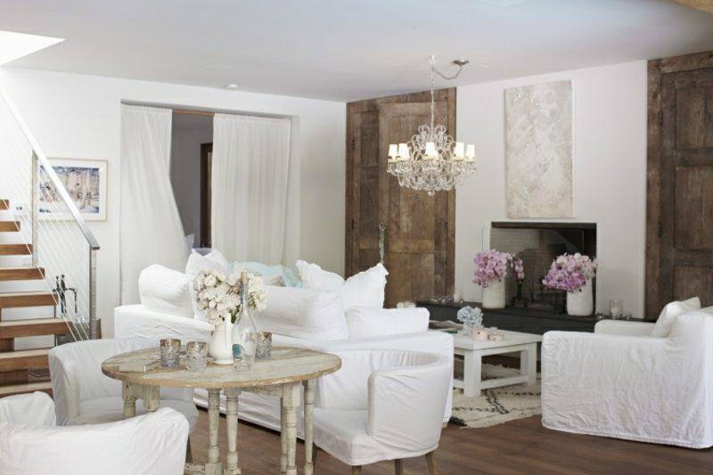 antike Möbel Wohnzimmer Kronleuchter neutrale Farbgestaltung