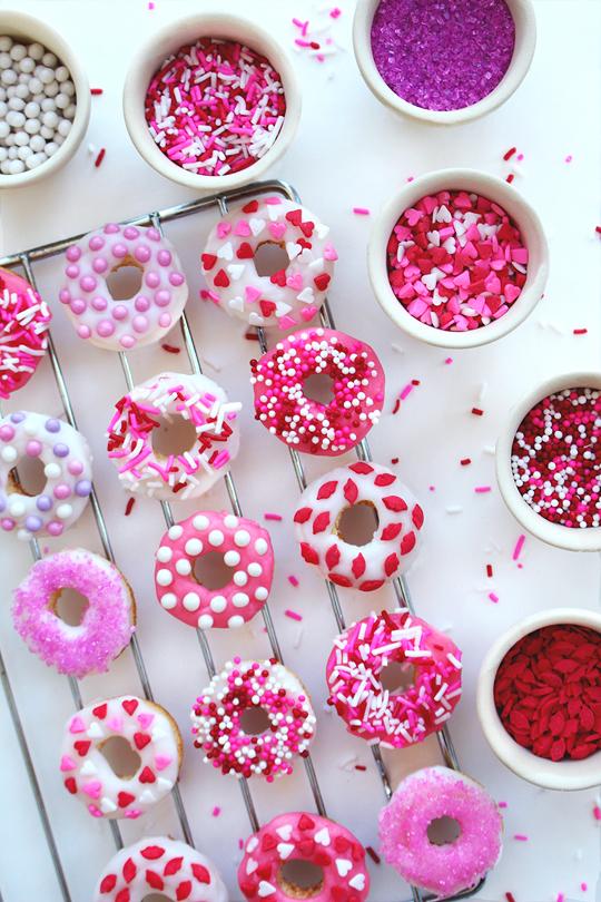 Leckere und farbenfrohe Donuts als Valentinstag Geschenk