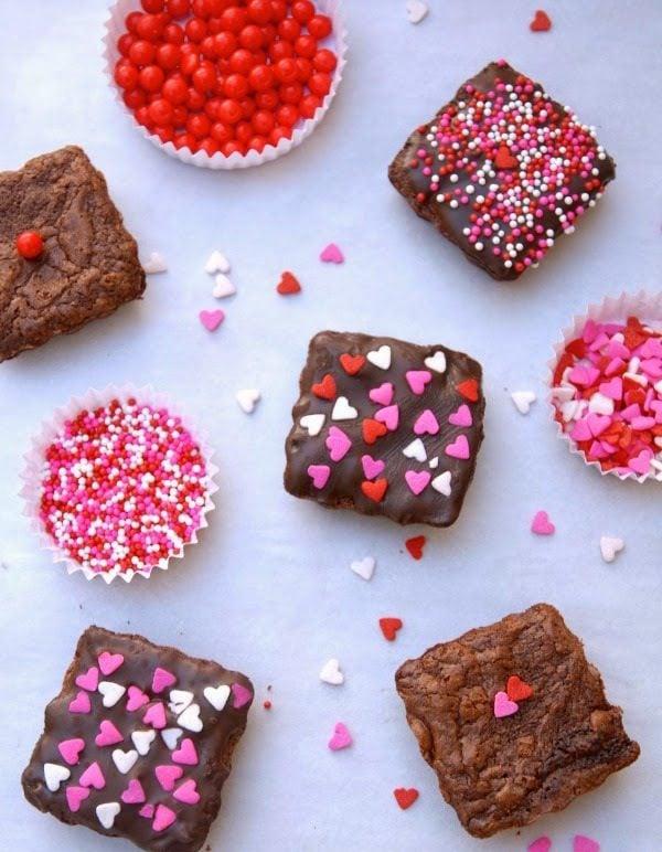 Mini Kuchen mit Schokoladenglasur und Herzchen - Schenken Sie Ihrer Hälfte einen süßen Biss zum Valentinstag