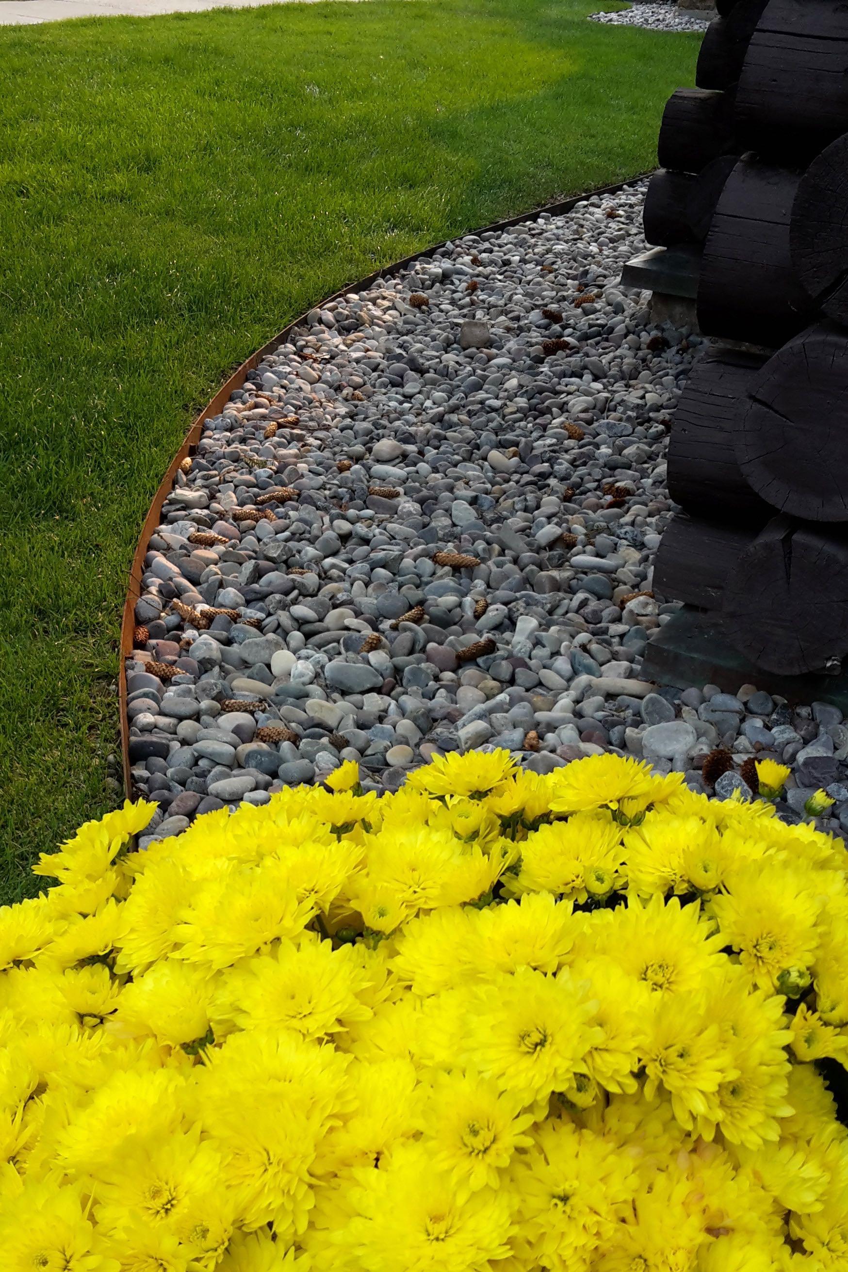 Durch die kontrastierende Kombination aus Kies, Gras und Pflanzen schaffen Sie eines atemberaubendes Erscheinungsbild des Gartens