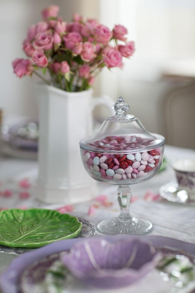 Tisch für Valentinstag dekorieren - Glasgefäßes mit Bonbons