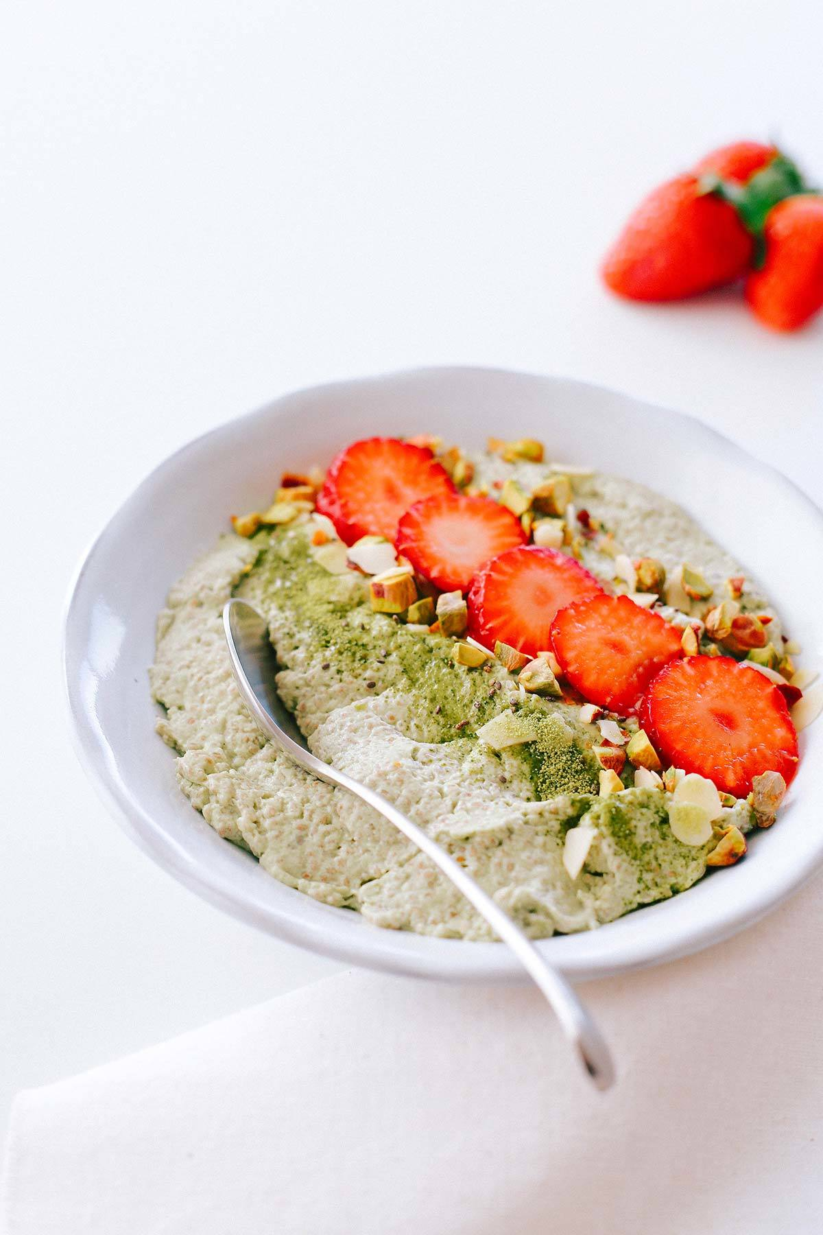 Essen ohne Kohlenhydrate - Dessert - Matcha Chia Pudding mit Kokosmilch