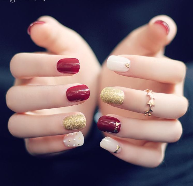Betonne Sie die natürliche Schönheit Ihrer Fingernägel mit solchen weiblichen Nageldesings