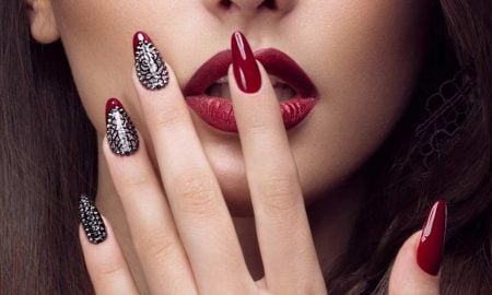 Das Nageldesign Rot, Glitzer und Matt-Effekt - der neue Trendsetter des Monats der Liebe.