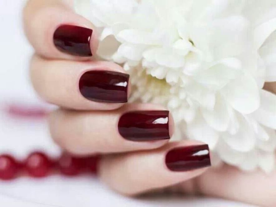 Die weinrote Farbe als ein Nagelgesign, verleihen Ihren Nägeln natürliche Schönheit