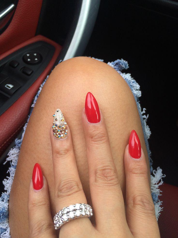 Das Nageldesign im hellen Rot und betont mit kleinen Steinen ist das perfekte Fingernägel Muster zum Nachmachen