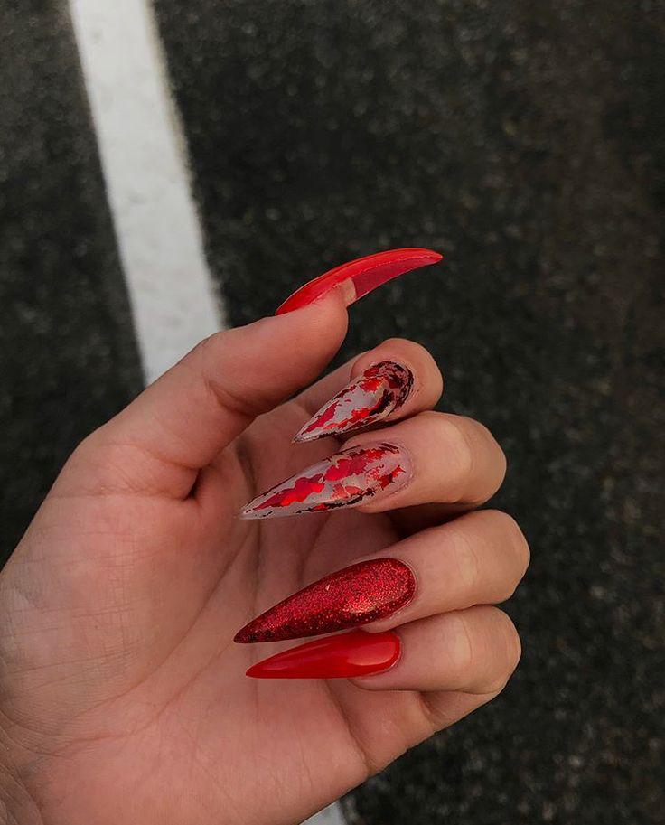 Umwerfende Maniküre im Rot sind die neue Mode im Bereich von Nageldesign