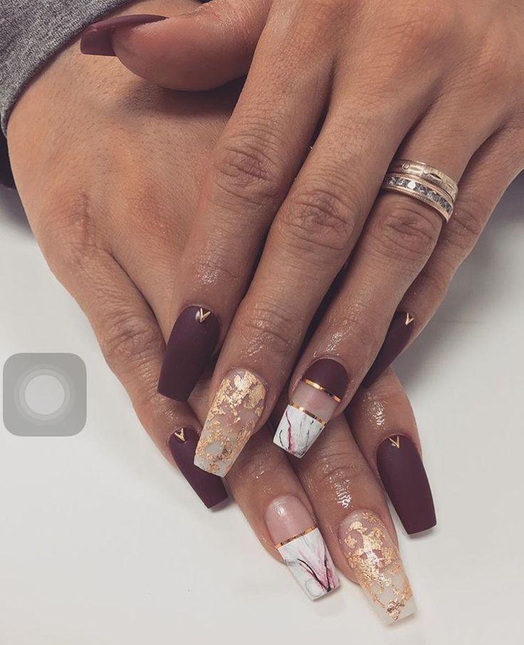 Dieses Nageldesign im Weinrot, Gold und Marbel ist das beliebte Nageldesign für einen Mädelsabend