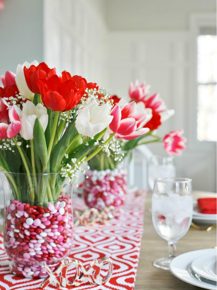 Tisch weiß und rot dekorieren