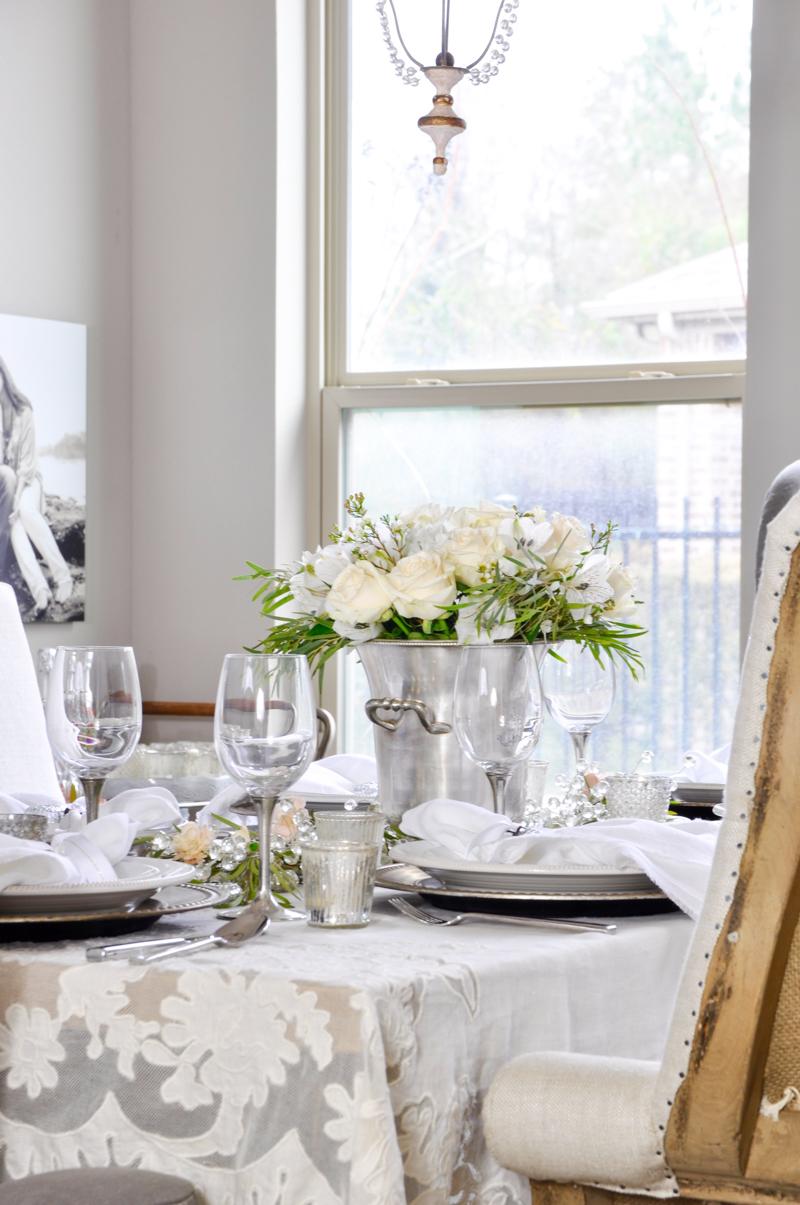 Tischdekoration in Weiß für Valentinstag