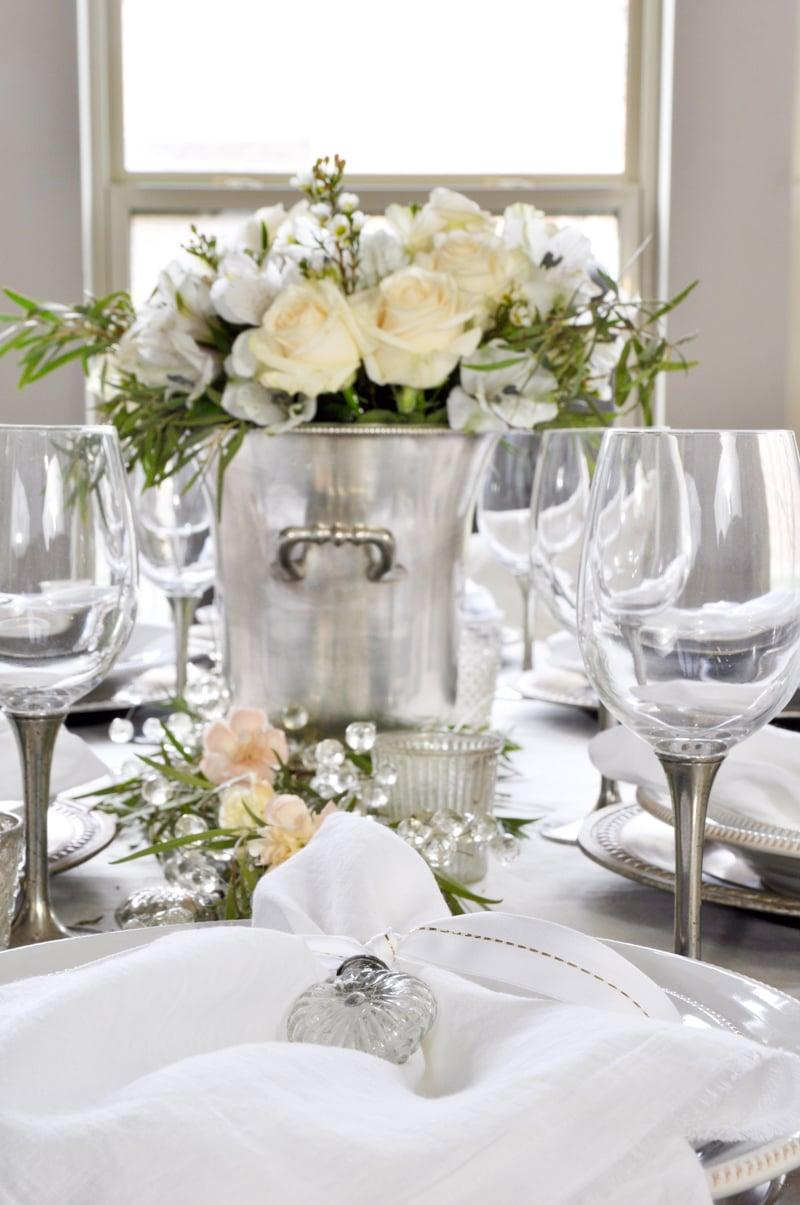 Tisch in Weiß dekorieren