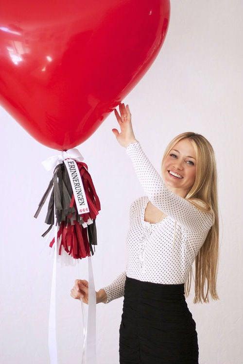 100 rote Rosen oder 100 liebevolle Erinnerungen sind die besten Valentinstag Geschenke für Freundin?